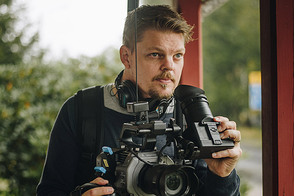 Mattias holding an Sony FX9 on a Easyrig system
